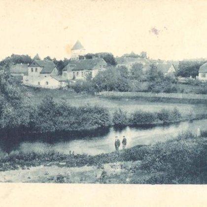Skats uz Skolas ielu. Fonā Dobeles Ev. lut. baznīca. 20. gadsimta sākums.