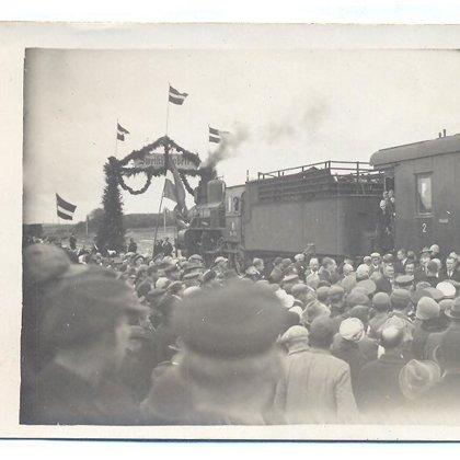Dobeles dzelzceļa stacijā ienāk svētku vilciens. 1929. gada 25. septembris.